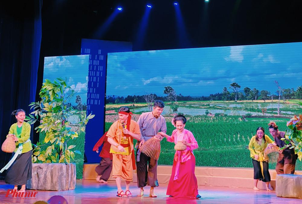 Nghệ sĩ Trúc Phương (áo hồng) vào vai nàng Cám hiện đại siêng năng, hoà đồng