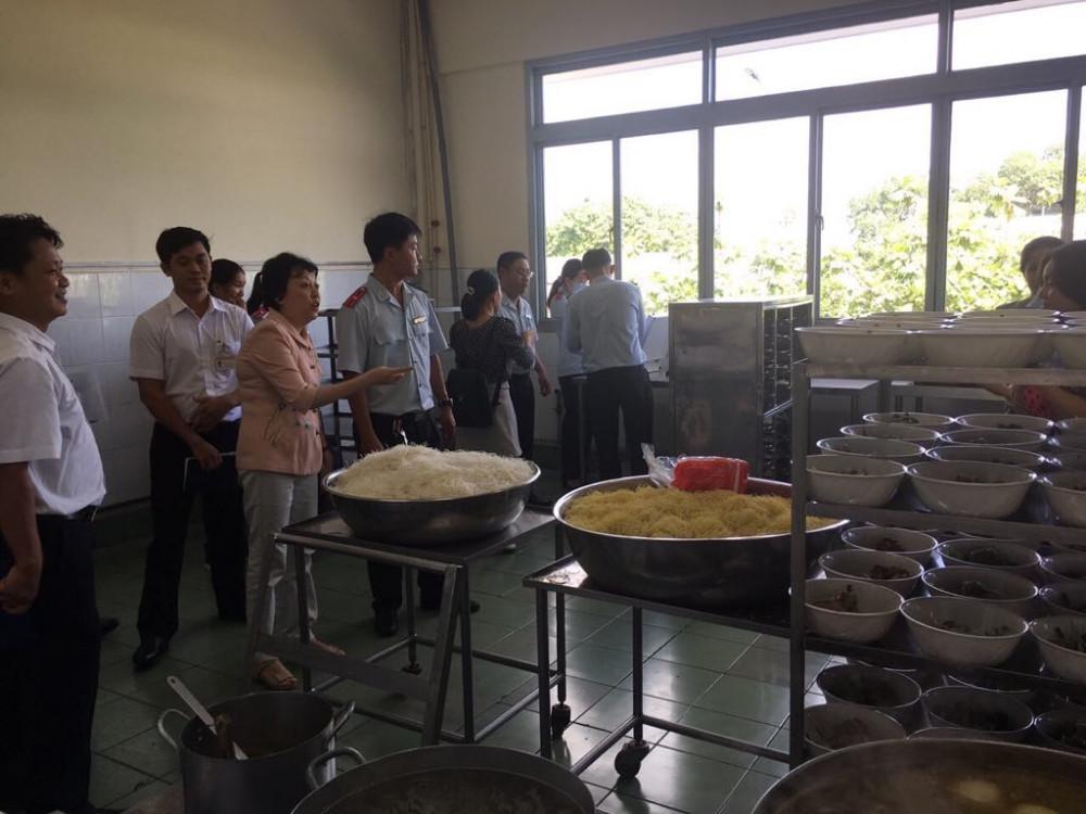 Bà Phạm Khánh Phong Lan - Trưởng ban quản lý An toàn thực phẩm TPHCM, chỉ đạo công tác kiểm tra giám sát. Ảnh: ATP