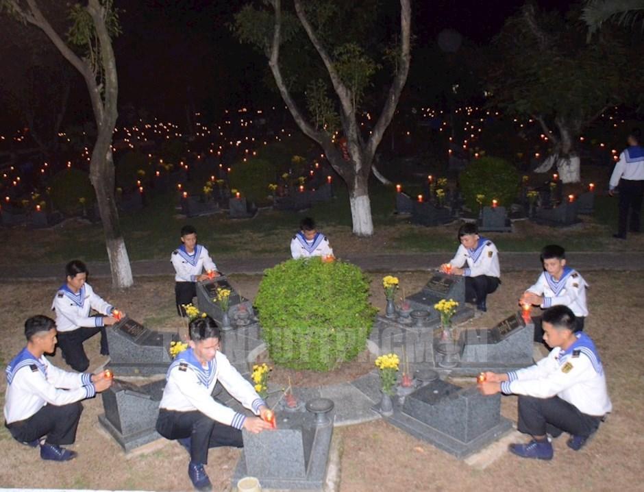 Đoàn viên, thanh niên chiến sĩ hải quân thực hiện nghi thức thắp nến tri ân các anh hùng liệt sĩ