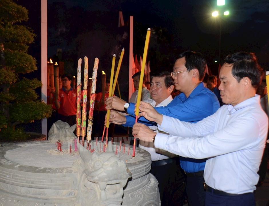 Các đồng chí lãnh đạo dâng hương tưởng niệm các anh hùng liệt sĩ tại Nghĩa trang Liệt sĩ TPHCM