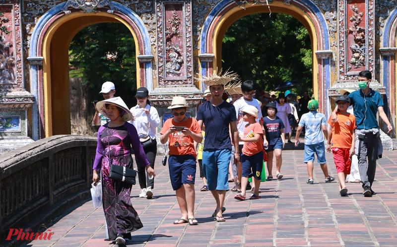 Tại khu vực cửa Hiển Nhơn là nơi du khách sau khi tham quan xong Đại Nội ra cưa này theo quan sát của chúng tôi có rất nhiều du khách không đeo khẩu trang dù đây là nơi có khá đông du khách đến từ mọi miền của đất nước