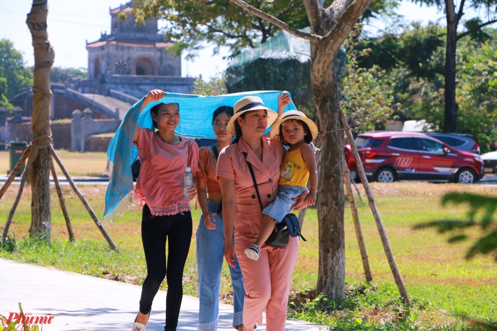 Theo quan sát của phóng viên báo Phụ Nứ TP.HCM dọc tuyến đường 23/8 rất nhiều đoàn khách vào tham quan Đại Nội không hề mang khẩu trang