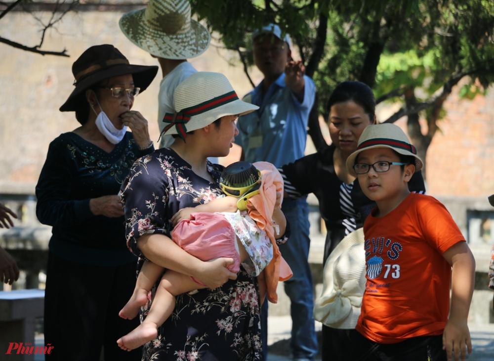 Điều đáng lo ngại mặc dù 2 ca nhiễm bệnh COVID đã xuất hiện  cạnh địa phương Thừa Thiên - Huế nhưng nhiều du khách khi đi tham quan vẫn còn tâm lí chủ quan không đem khẩu trang