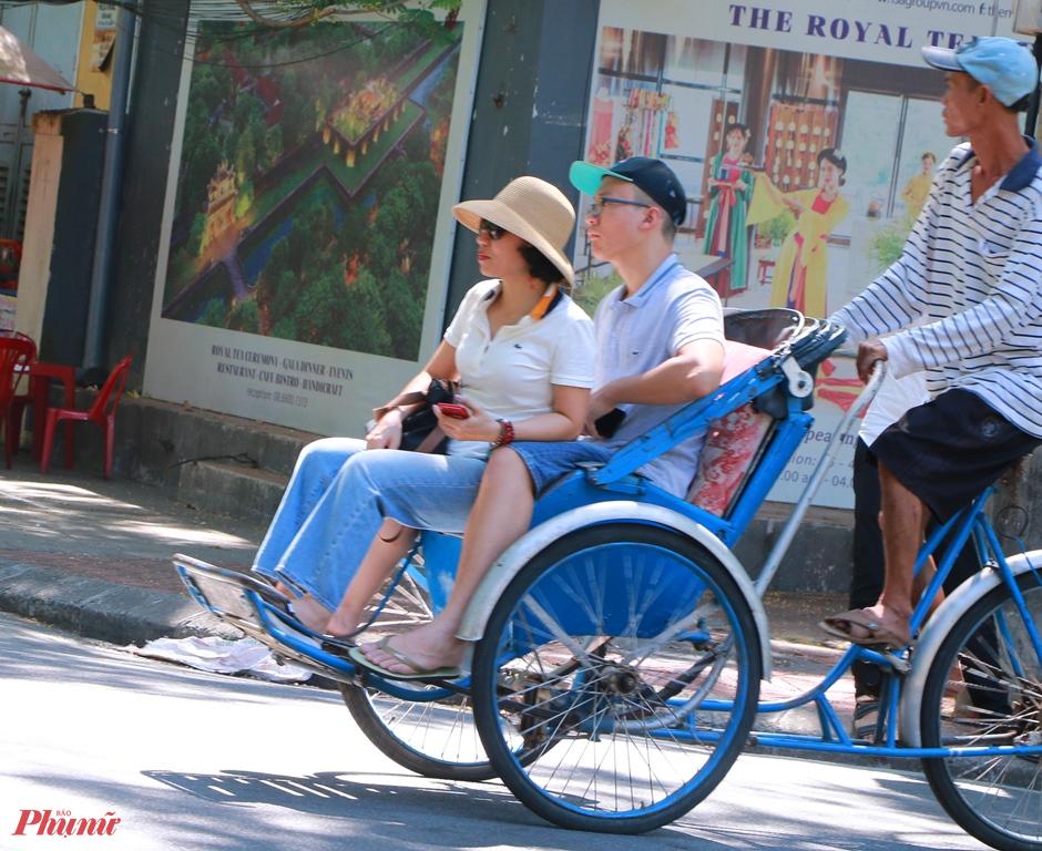 Kể cả những bác tài xế lái xích lô chở khách vẫn không đem khẩu trang khi giới thiệu du khách các thắng cảnh xứ Huế