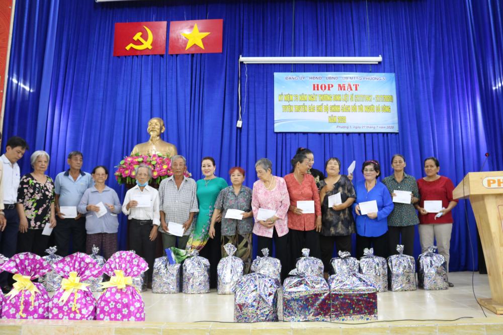 Các cô chú thương binh, đại diện gia đình chính sách ở phường 5, quận 5 đến trụ sở UBND phường thưởng thức văn nghệ và nhận quà của câu lạc bộ Nữ nghệ sỹ.