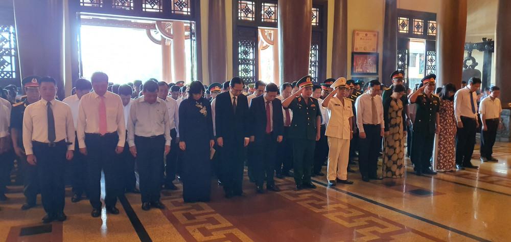 Đoàn tưởng niệm các anh hùng liệt sĩ tại Đền tưởng niệm liệt sĩ Bến Dược - Củ Chi