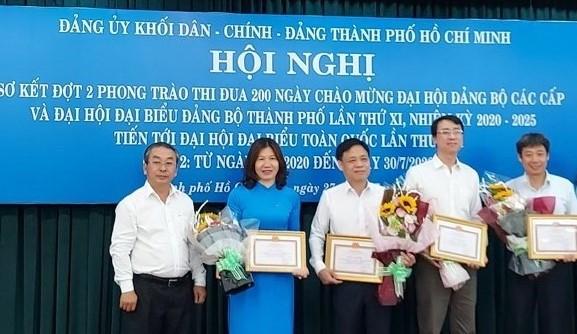Ông Võ Ngọc Quốc Thuận, bìa trái, khen thưởng cho 4 đơn vị thực hiện tốt đợt 2 phong trào 200 ngày thi đua của Khối Dân - Chính - Đảng.