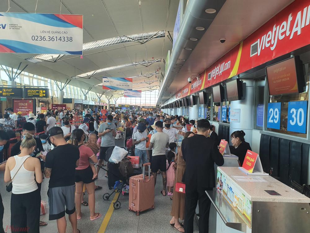 Sân bay Đà Nẵng chật cứng hành khách rời thành phố.