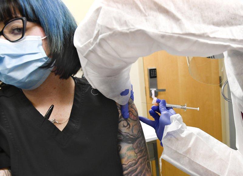 Cô Melissa Harting nhận mũi tiêm thử nghiệm vào sáng 27/7.