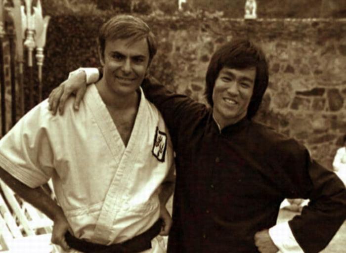 Hình ảnh kỷ niệm giữa John Saxon và Lý Tiểu Long khi tham gia phim Long tranh hổ đấu năm 1973.