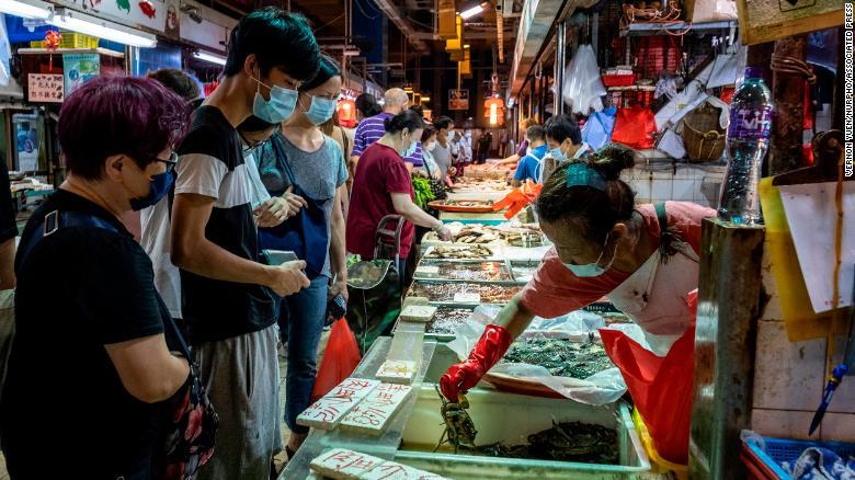 Hồng Kông yêu cầu người dân đeo khẩu trang và không được tụ hợp quá 2 người tại nơi công cộng.