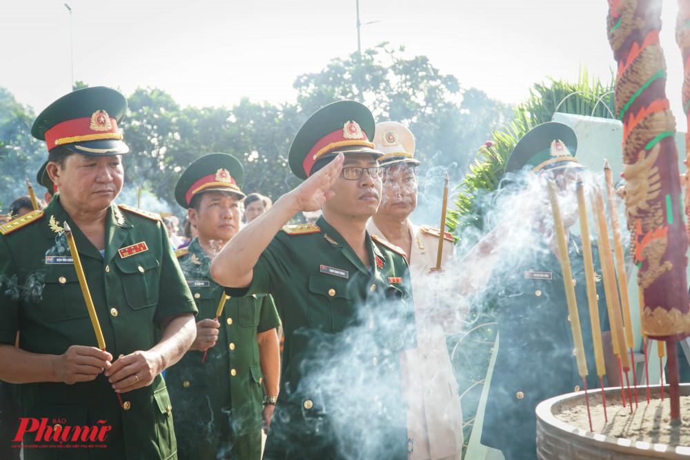 Hương khói nghi ngút trong lễ dâng hương