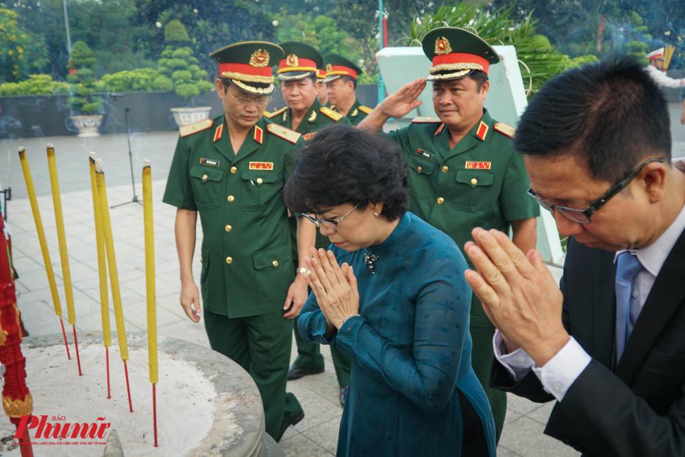Lần lượt các lãnh đạo thành phố dâng hương tại tượng đài Mẹ Việt Nam Anh hùng