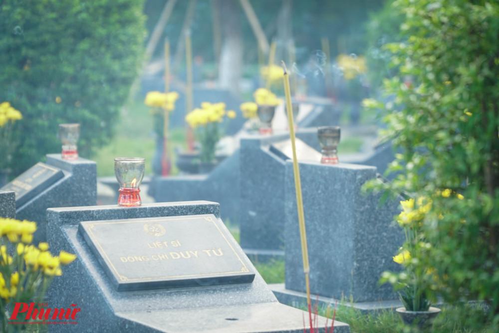 Trong ngày này, nhiều người dân cũng đến nghĩa trang để thắp hương cho ngườ thân của mình