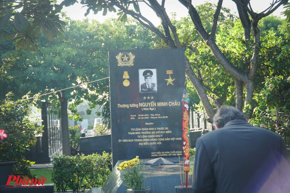 Ông Nguyễn Thành Phong cúi mình trước phần mộ của