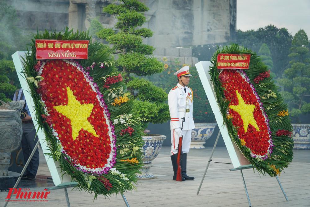 Vòng hoa trong lễ dâng hương mang dòng chữ Thành ủy - HĐND - UBND - Ủy ban MTTQ Việt Nam TPHCM và  Lực lượng vũ trang Quân khu 7