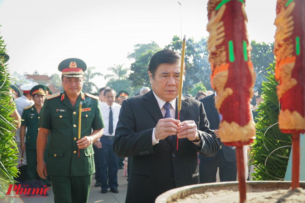Chủ tịch UBND TPHCM ông Nguyễn Thành Phong thành kính dâng hương