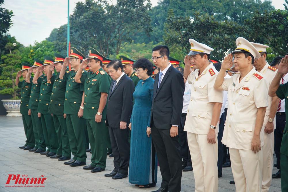 Đoàn lãnh đạo thành phố cúi mình mặc niệm các anh hùng liệt sĩ
