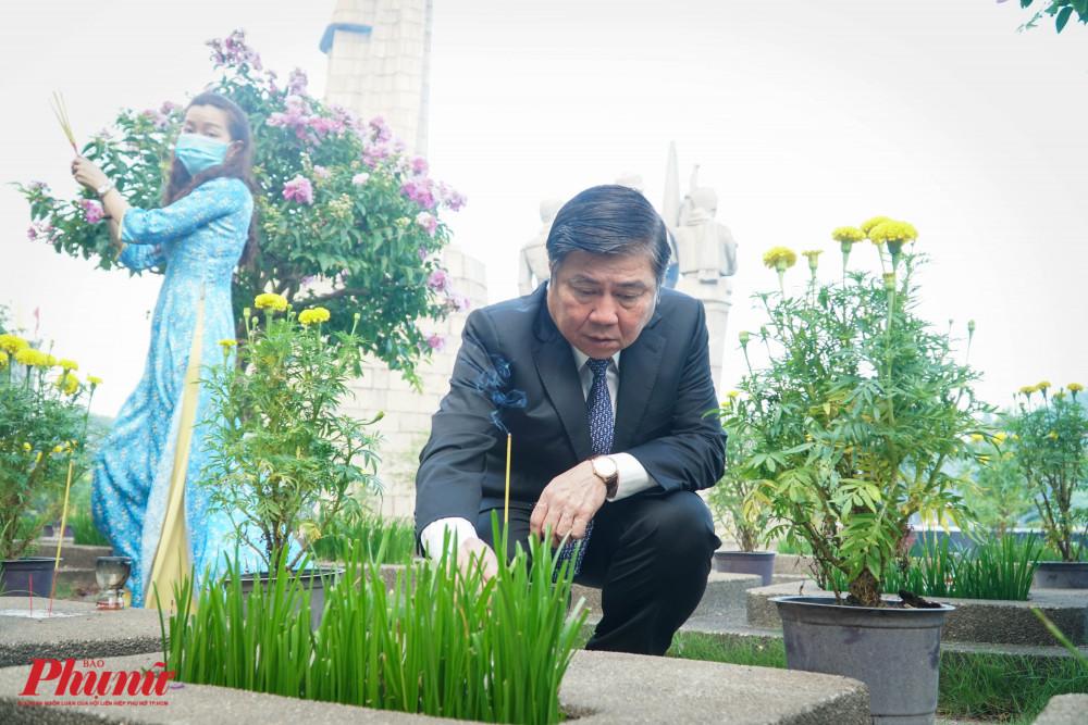 Ông Nguyễn Thành Phong cúi mình dâng hương các mộ vô danh trong khuôn viên Nghĩa trang Liệt sĩ thành phố