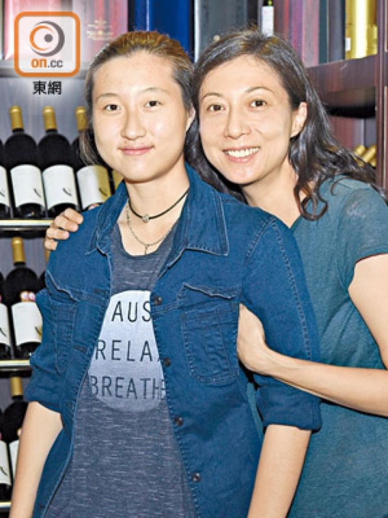 Ngô Ỷ Lợi (phải) và con gái Ngô Trác Lâm