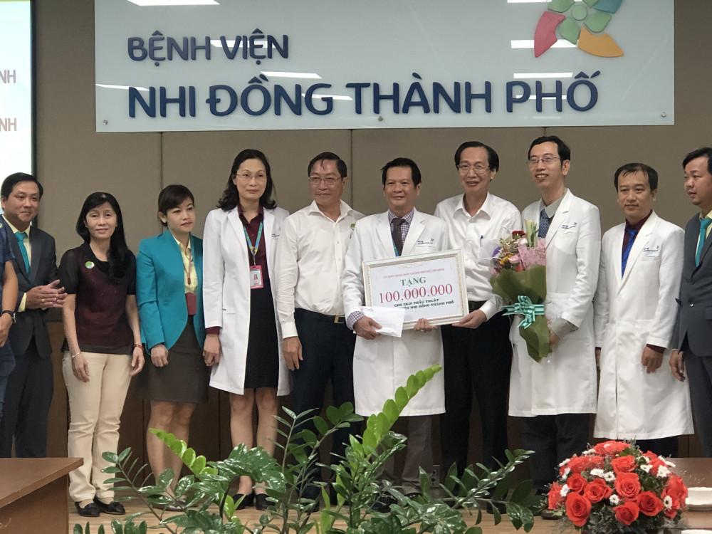 Phó Chủ tịch UBND TPHCM Lê Thanh Liêm trao thưởng 100 triệu đồng cho ê kíp phẫu thuật song Nhi.