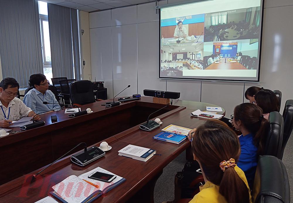 Ông Nguyễn Hữu Hưng - Phó giám đốc Sở Y tế TPHCM (màn hình trên cùng bên trái) họp trực tuyến với trung tâm y tế và các bệnh viện tại 24 quận, huyện trên địa bàn TPHCM.