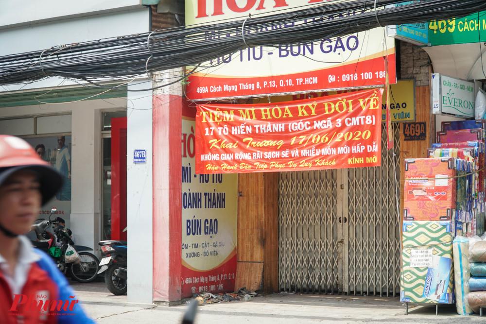 Thay đổi địa điểm kinh doanh khiến các chủ cửa hàng phải treo băng rôn thông báo cho khách hàng của minh