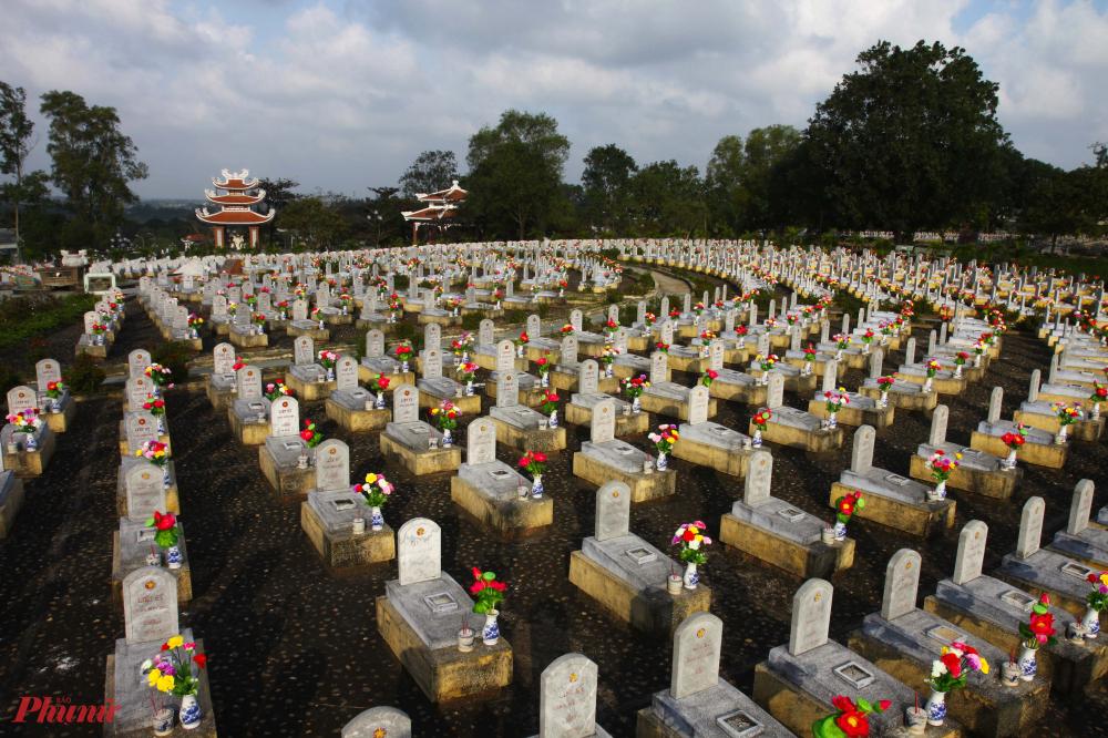 """Cuối tháng 7, con đường dẫn tới nghĩa trang Trường Sơn xanh ngắt bởi những vạt rừng cao su kéo dài tít tắp. Tọa lạc trên những vạt đồi bạt ngàn xanh của đồi thông thuộc xã Vĩnh Tường, huyện Gio Linh, tỉnh Quảng Trị là nơi quy tập hơn 10.000 liệt sĩ đã chiến đấu và hy sinh trên tuyến đường Trường Sơn huyền thoại.  Hơn 10.000 ngôi mộ của những người con ra đi ở """"sóng nước tuổi 20"""". Trong khói hương trầm mặc, giữa không gian tĩnh lặng vẫn thổn thức những tiếng nấc nghẹn ngào."""