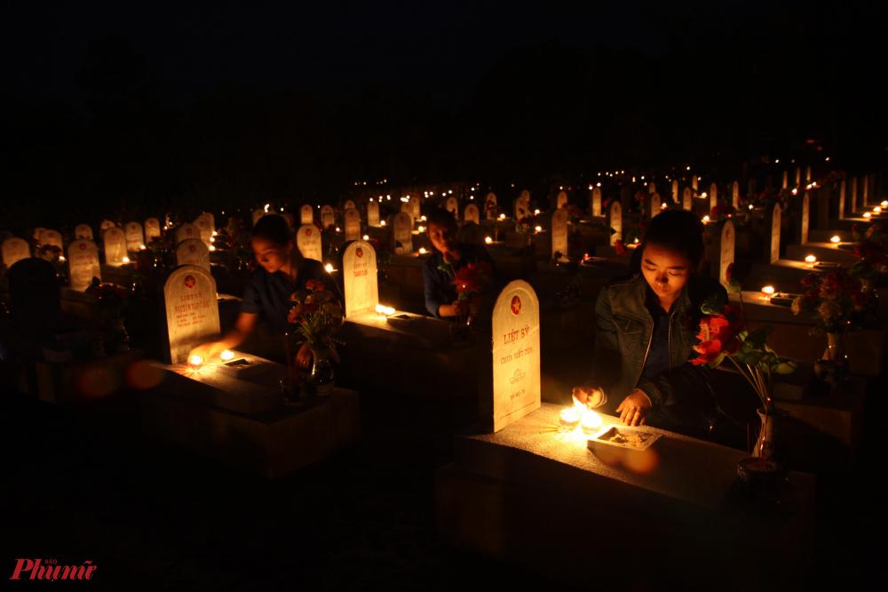 """Trong số hơn  10.700 mộ ở nghĩa trang đường 9, có đến hơn 6000 mộ liệt sĩ chưa biết tên. Hàng nối hàng, nhiều nấm mồ vuông vức chưa rõ tên tuổi, địa chỉ, quê quán, không năm sinh, năm mất. Trên mỗi tấm đá trắng ấy, dưới ngôi sao vàng khắc dòng chữ sơn đỏ: """"Liệt sĩ chưa biết tên"""","""