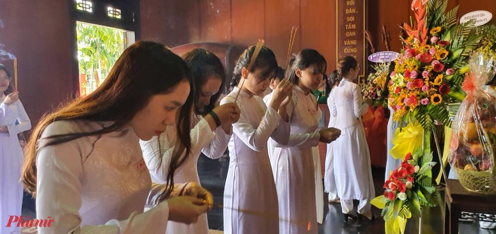 Điển hình nữ sinh hiếu học được nhận học bổng Nguyễn Thị Minh Khai cũng có mặt và thắp hương tại Khu di tích Ngã Ba Giồng.