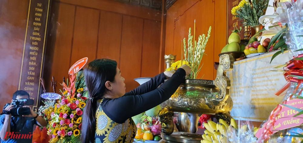 Bà Nguyễn Trần Phượng Trân - Chủ tịch Hội LHPN TPHCM thắp hương tại khu Tưởng niệm Ngã Ba Giồng.