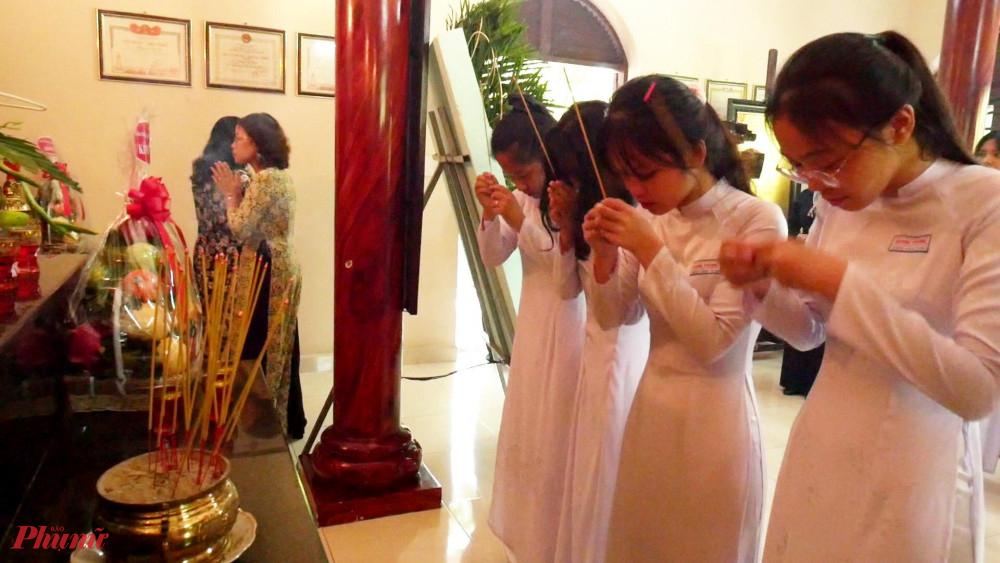 Nữ sinh huyện Củ Chi tham gia cùng đoàn đến thắp hương tại đền Má Rành