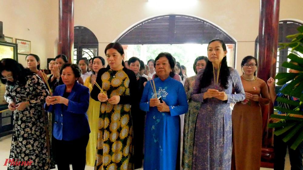 Hội LHPN dâng hoa, dâng hương tại đền Má Rành
