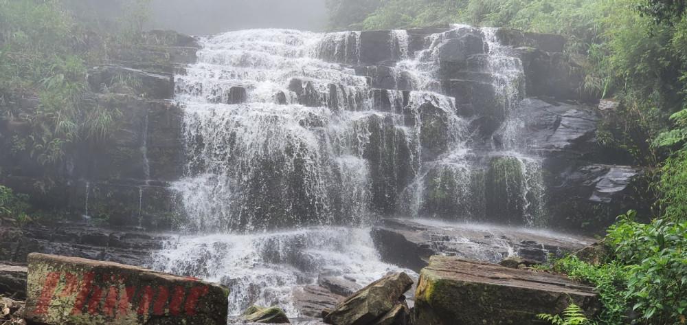 Ngọn thác không tên nằm sâu dưới khe núi Ly Xá Xuy