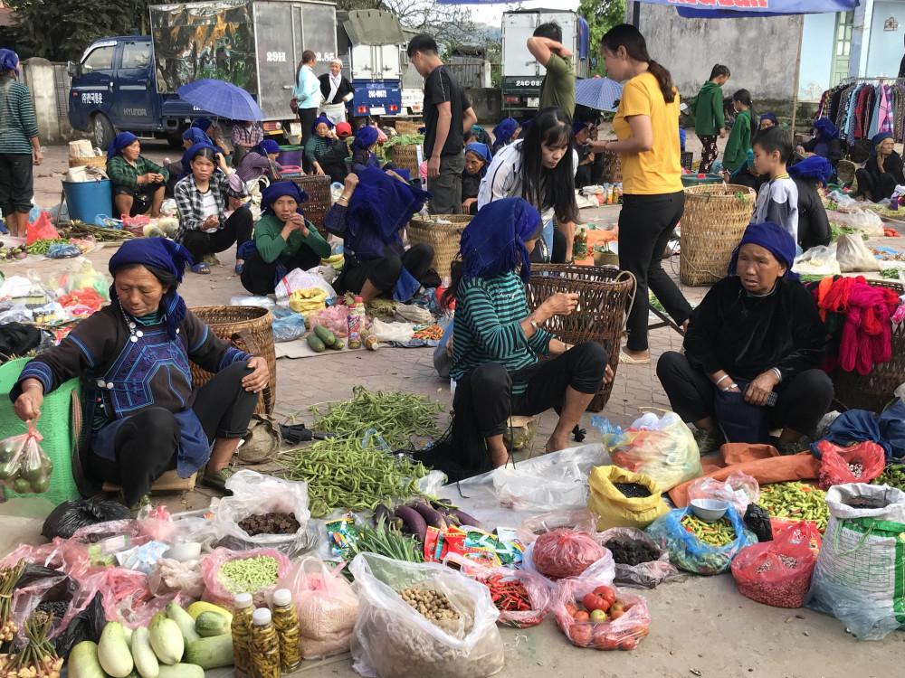 Nông sản được bày bán tại chợ phiên Y Tý. Ảnh: Cường Kaon