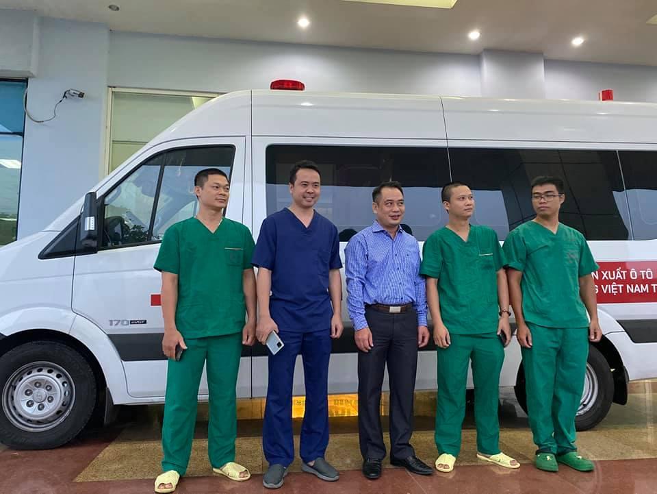Các cán bộ của Bệnh viện Nhiệt đới TƯ chuẩn bị lên đường.