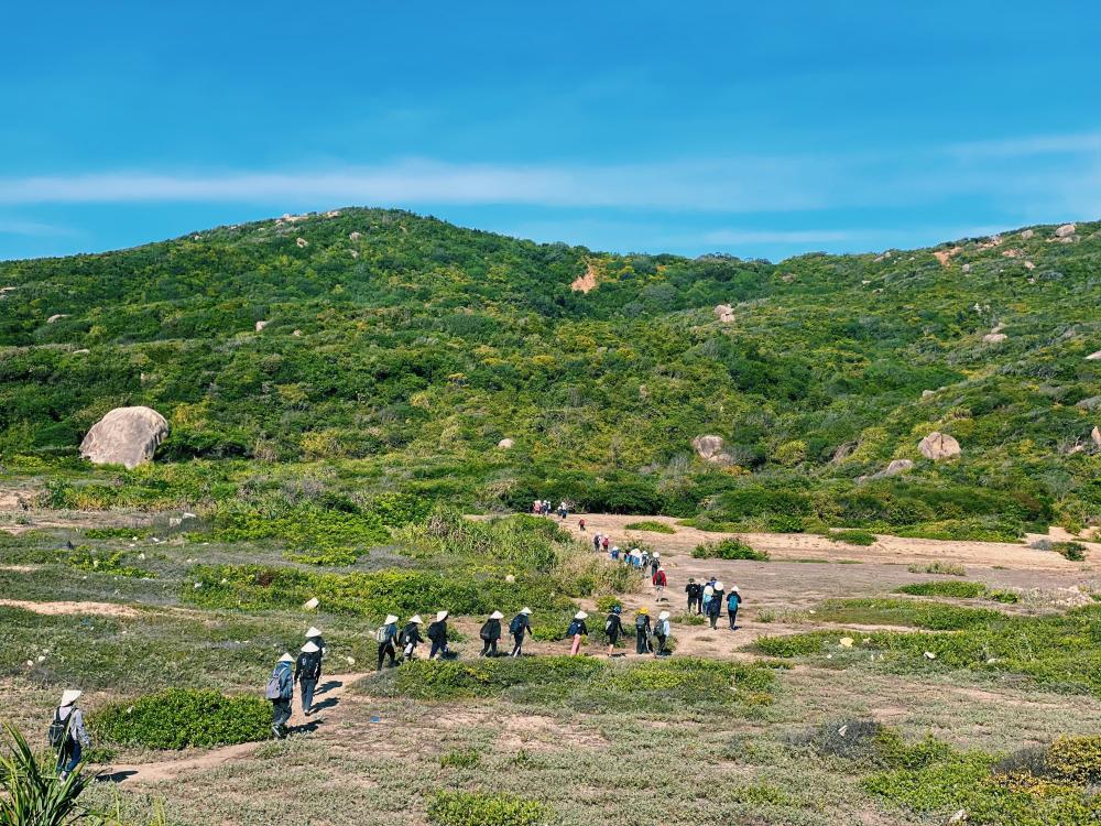 Cả đoàn phải leo núi, băng rừng với đoạn đường dài hơn 10km