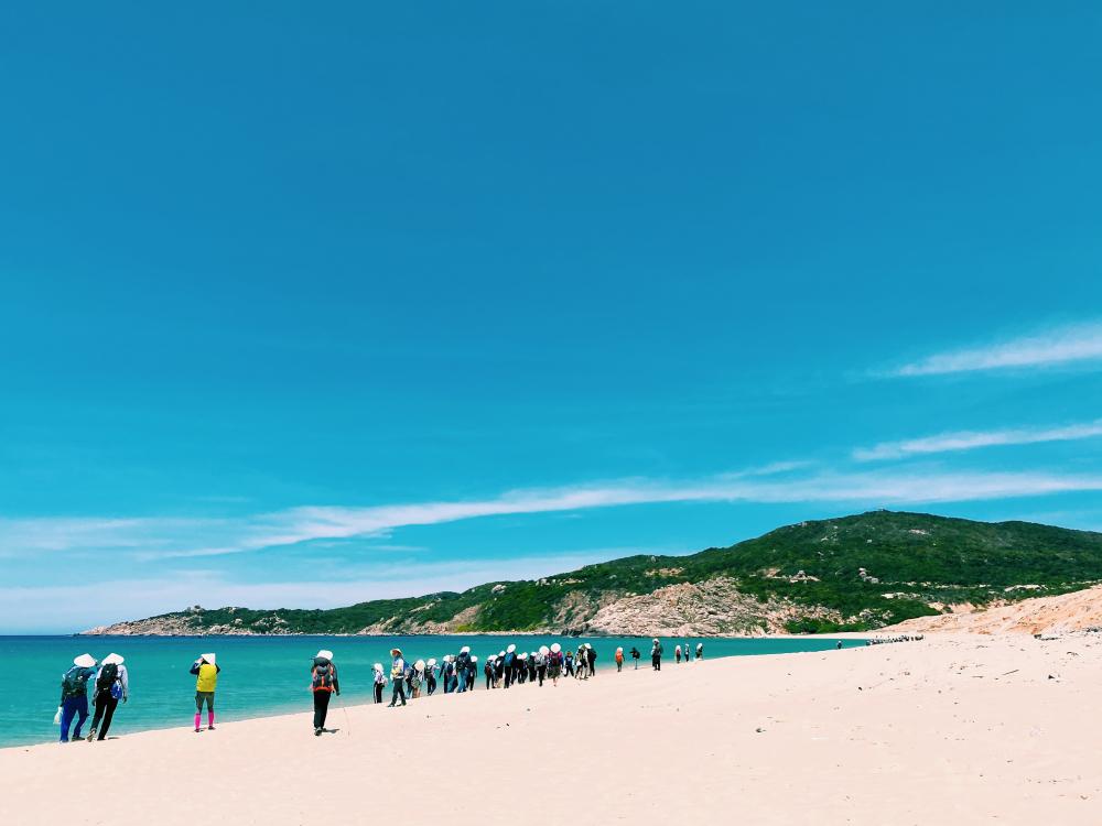 Cung đường ven biển trong vắt, tuyệt đẹp ở vịnh Vân Phong