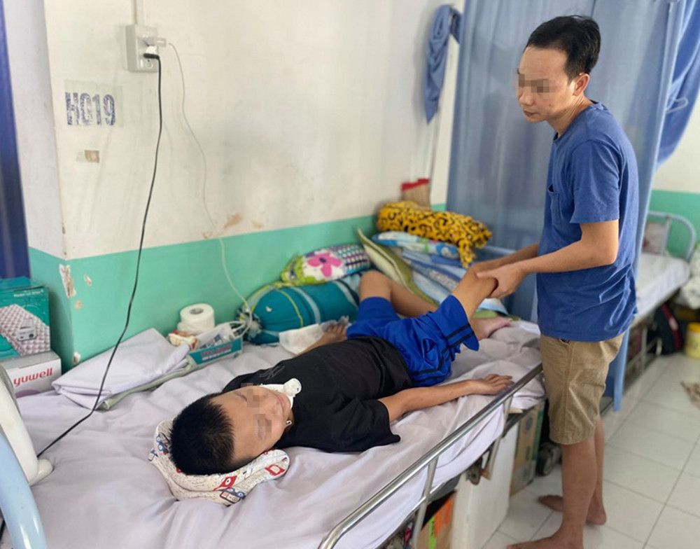 Bé K. đang được điều trị tại bệnh viện