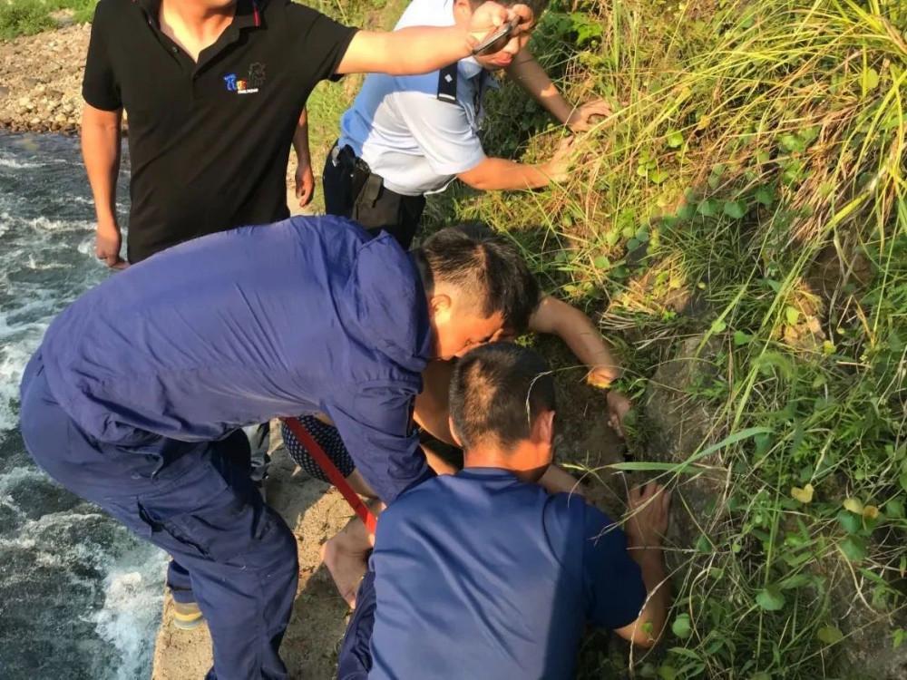 Quá trình đội cứu hộ giải cứu đứa trẻ.
