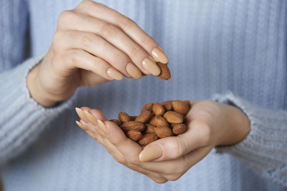 Hạnh nhân dồi dào những dưỡng chất có lợi giúp bảo vệ da từ bên trong như vitamin E và chất sơ. (Ảnh: Forbes)