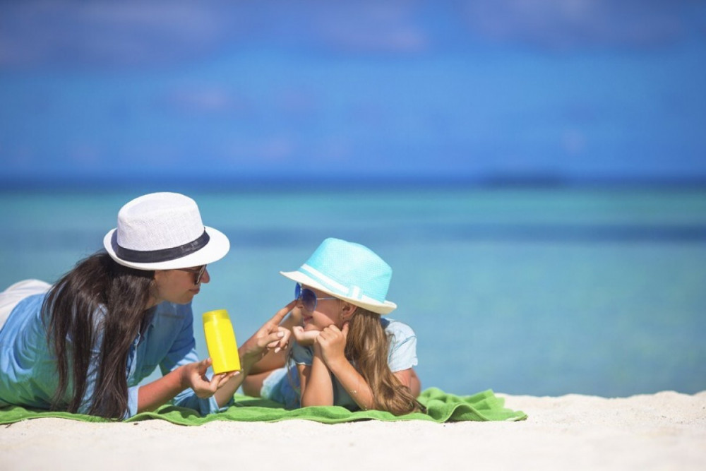 Chăm chỉ thoa kem chống nắng khi hoạt động ngoài trời có thể giúp chúng ta kiềm hãm tiến trình lão hóa da. (Ảnh: Shutterstock)