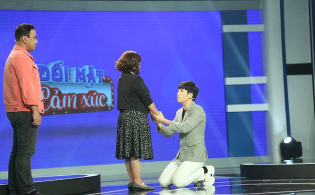 Khoảnh khắc MC Minh Hiếu quỳ gối xin lỗi và tiết lộ 30 tuổi vẫn bị ngủ chung với mẹ  khiến người xem ngỡ ngàng. Hình cắt từ clip