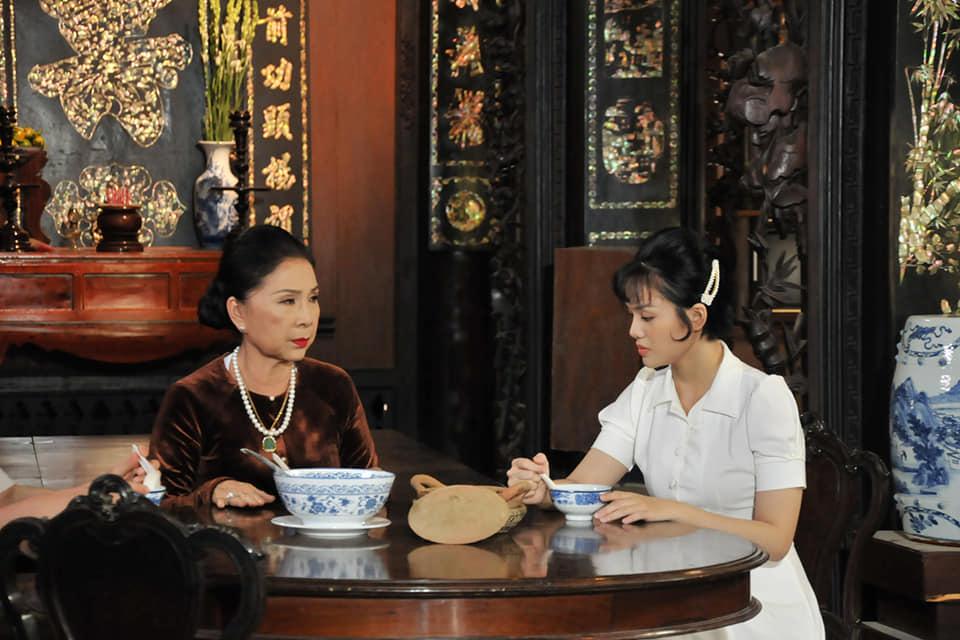 Nhật Hạ và NSND Kim Xuân trong một cảnh phim