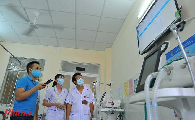 Nhân viên y tế tại Bệnh viện Điều trị COVID-19 (huyện Cần Giờ) triển khai các thiết bị, sẵn sàng phòng chống dịch COVID-19