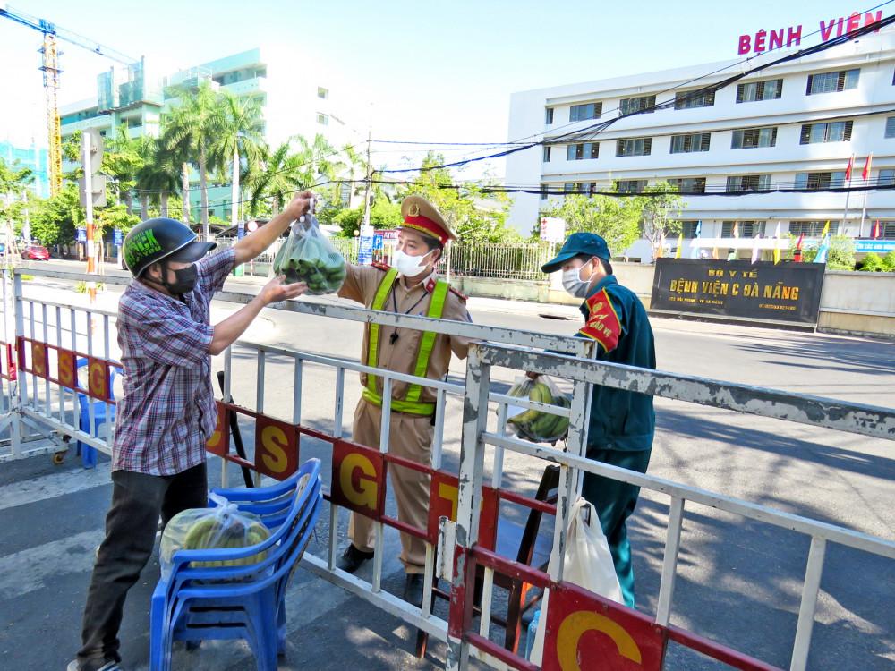 Đưa hàng tiếp tế qua hàng rào chắn trên đường Hải Phòng, trước Bệnh viện C