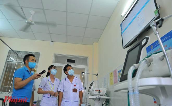 Nhân viên y tế tại Bệnh viện Điều trị COVID-19 (huyện Cần Giờ) triển khai các thiết bị sẵn sàng phòng chống dịch COVID-19
