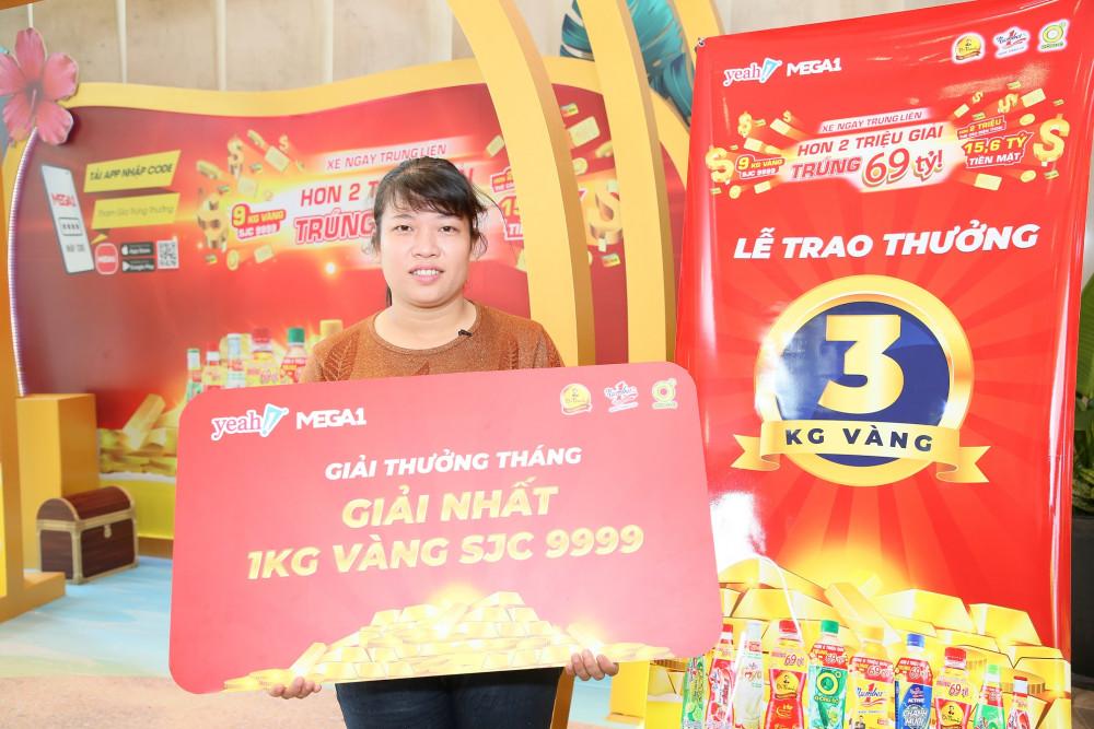 Khách hàng Thùy Linh (Hưng Yên) trúng giải thưởng 1kg vàng 999.9. Ảnh: THP cung cấp