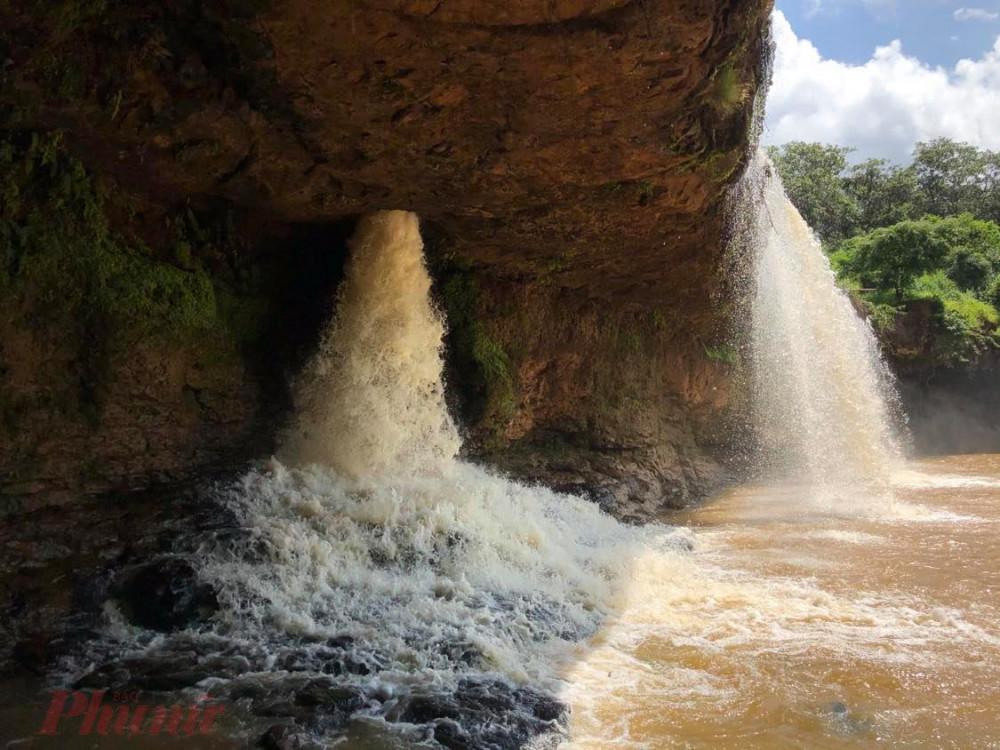 Nếu chưa khám phá hang trong thác, thì bạn sẽ càng có cảm giác phiêu lưu bí hiểm, kích thích trí tưởng tượng hơn khi đứng trên đỉnh thác nhìn thấy giếng trời hút nước liên tục này. Hai giếng trời này nằm đối xứng nhau và đều nằm cách hai bờ tả ngạn và hữu ngạn khoảng 5 – 10m.
