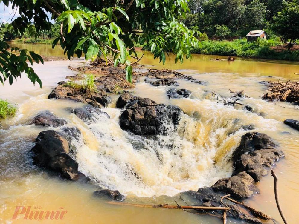 Nếu đứng trên mặt dòng suối Đắk Mai, bạn sẽ có cảm giác như đó là cái với vòng xoáy nước ầm ầm hút vào đó tất cả những thứ gì gần nó. Thử ném một cành cây khô vào miệng giếng, bạn sẽ thấy cành cây nhanh chóng bị cuốn xoay va nhấn chìm.